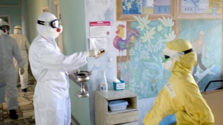Больных коронавирусом окропили святой водой в новокузнецком госпитале. Показываем необычные фото