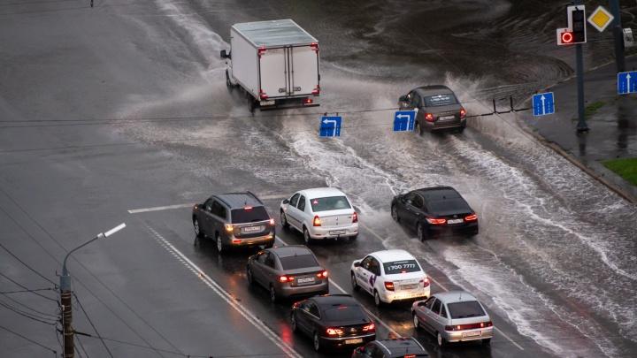 На Челябинскую область обрушились грозы и ливни. В городах — потопы