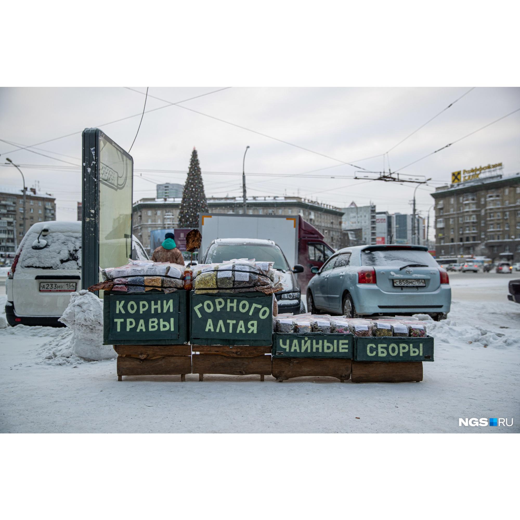 Ещё одна точка на площади Калинина — владелица этого лотка приезжает в Новосибирск с Алтая каждую зиму