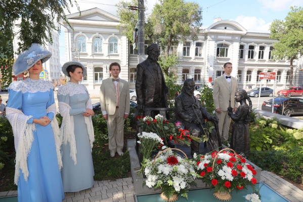 Скульптура изображает три поколения Аксаковых