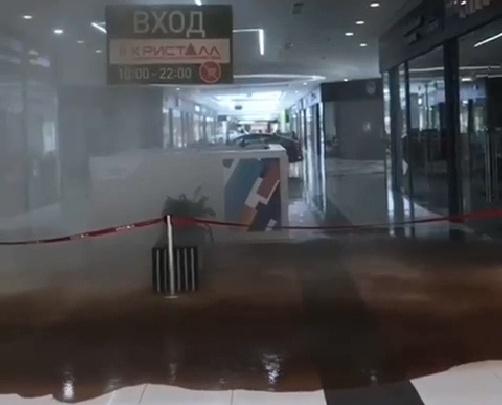 Посреди тюменского ТРЦ забил водопад— вода лилась с потолка