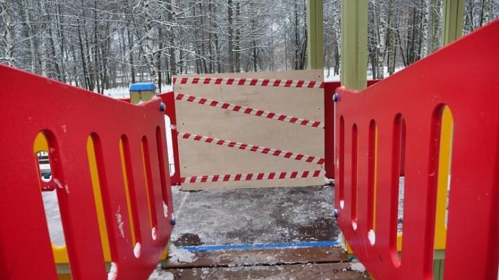 Власти запретили детям пользоваться городком из-за намерзшего на нем льда. Родители возмущены
