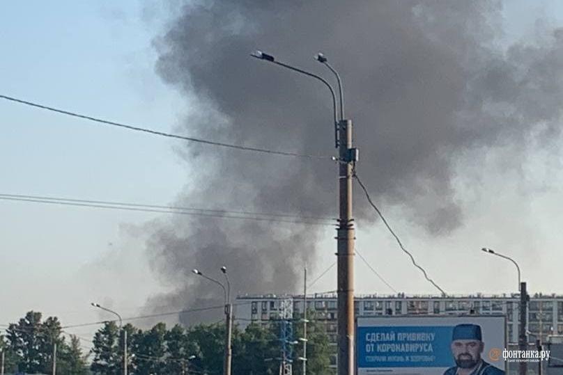 Чёрный дым от пожара заметили в небе…