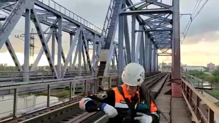 Был запрещающий знак: видео с моста, где током убило 15-летнюю девочку