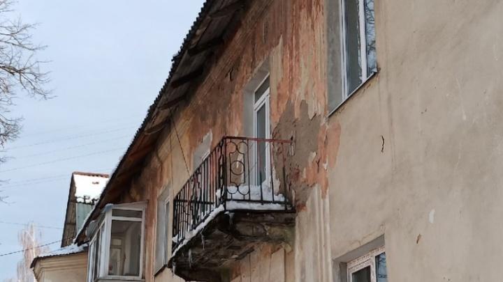 В Перми наледь с крыши рухнула на коляску с ребенком