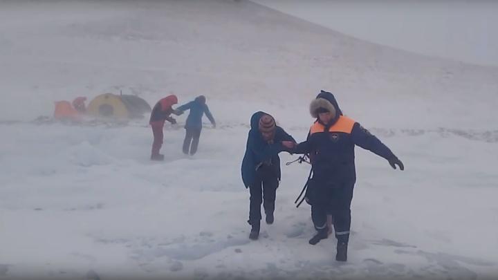 Архангелогородцы попали в сильнейший шторм на Байкале. Их вывезли спасатели
