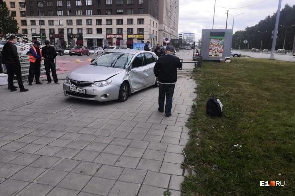 Subaru вылетела на тротуар после ДТП
