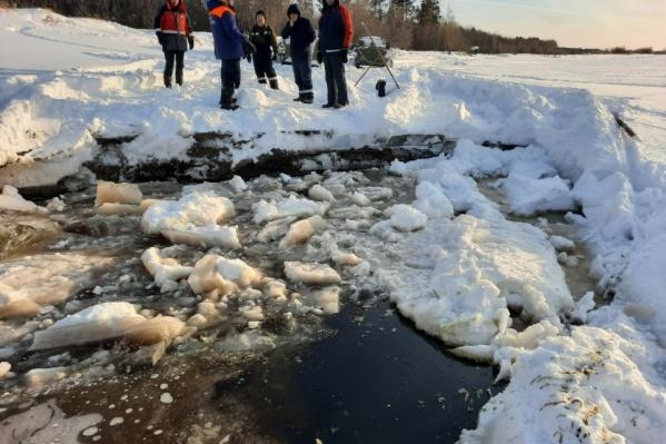 """В этом сезоне известно лишь об одном несчастном случае, когда машина провалилась под лед и <a href=""""https://86.ru/text/incidents/2021/03/16/69814106/"""" target=""""_blank"""" class=""""_"""">человек погиб</a>"""