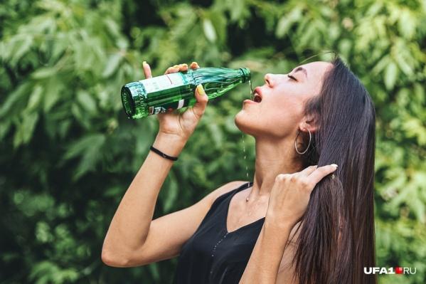 Медик рекомендует пить в жару как можно больше воды