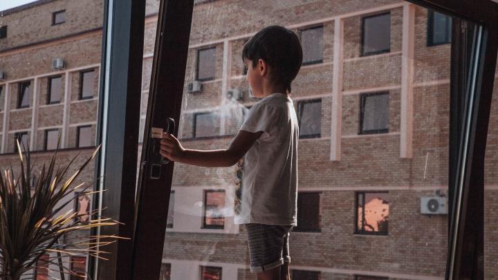 В Тюмени шестилетний ребенок выпал из окна
