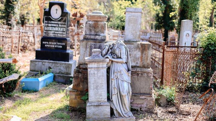 «Идет разграбление». Власти Краснодара и волонтеры — о настоящем и будущем Всесвятского кладбища