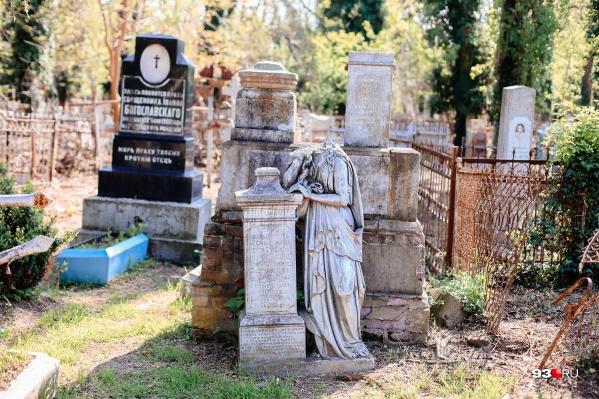 Многие старинные надгробия находятся в плачевном состоянии