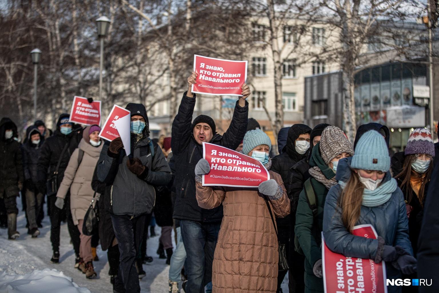 У многих митингующих были бело-красные плакаты в едином стиле