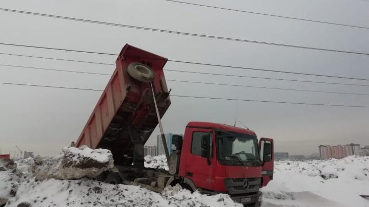 Снеговозы несколько раз обрывали провода ЛЭП у снегоотвала. Под угрозой отключения была больница
