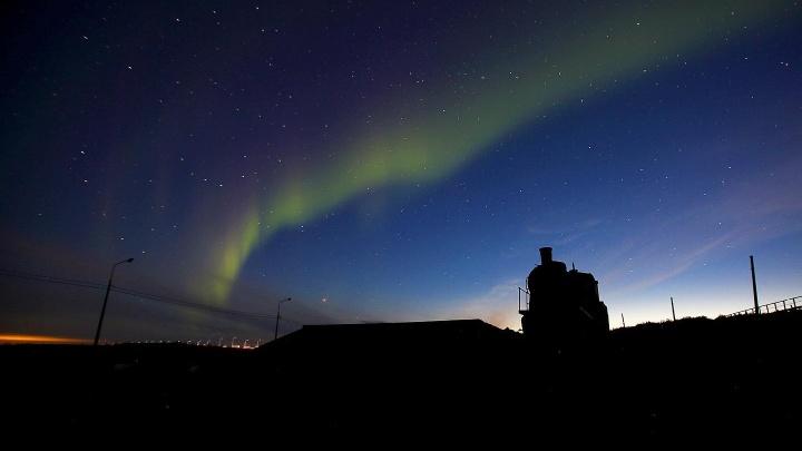 «Сияние включили вовремя»: норильский фотограф сделал чарующие снимки северного сияния на рассвете