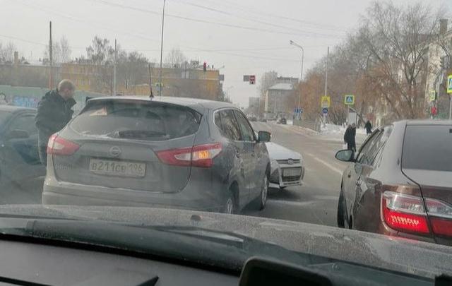 В Екатеринбурге Ford, уходя от столкновения, вылетел на встречку и устроил ДТП: видео