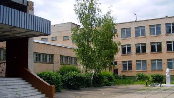 Школу, в которой утром протекла крыша, пообещали отремонтировать, когда будут деньги