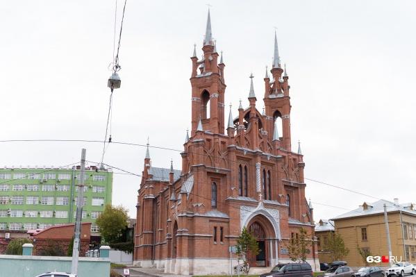 В Самаре есть несколько достопримечательностей, которые приближают ее к загранице. Например, католический костел на улице Фрунзе