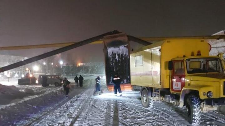 Пострадал и теплопровод: подробности ЧП на Урале, где самосвал поднятым кузовом снес трубы