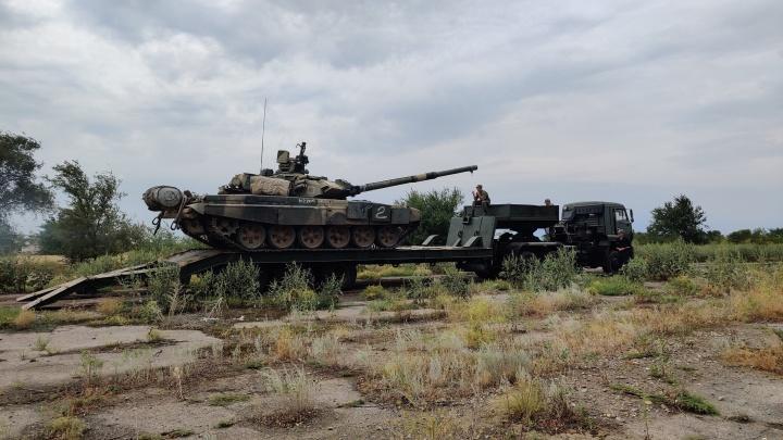 «Часовой отходил делать намаз»: найденный на заброшенном аэродроме танк вывезли на форум «Армия-2021»