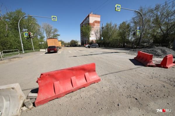 Проезд на этом участке ограничивали из-за трех внушительных провалов грунта в начале апреля