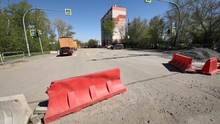 В Челябинске открыли для всех дорогу, где под окнами десятиэтажки провалился асфальт