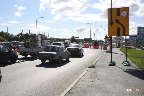 Огромные пробки образовались на пути в аэропорт, откуда таксистам часто поступают заказы