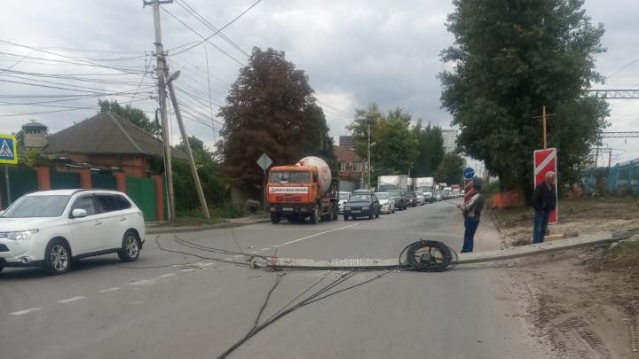 На улице Зоологической в Ростове экскаватор снес столб — образовался огромный затор