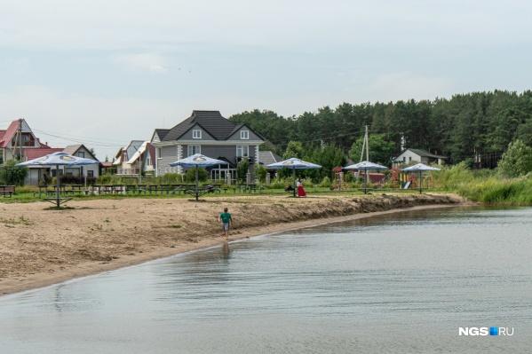 В обществе есть собственный цивилизованный пляж, детская площадка и зона отдыха со сценой