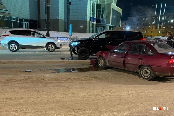 Не приходя в сознание, водитель направил Mitsubishi в припаркованный Nissan