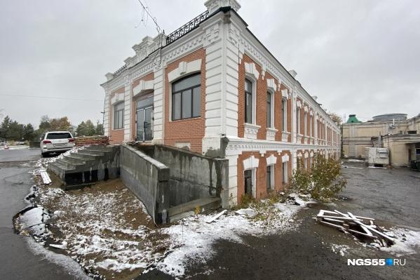 Центральный вход был заложен, но рабочие разобрали часть стены и пристроили к нему лестницу