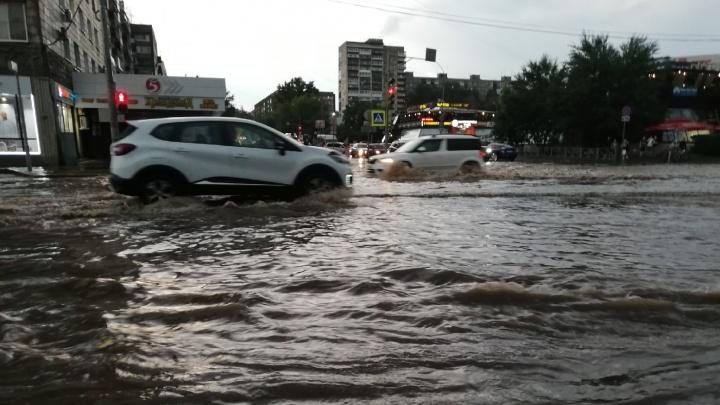 Затопило улицы, вырубило свет: в Перми прошли гроза и сильнейший ливень