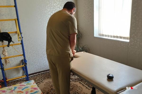 Адвокат Алексей Аванесян проводит эксперимент в массажном кабинете Олега Иванова