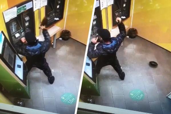 Мужчина был огорчен тем, что банкомат «съел» его деньги