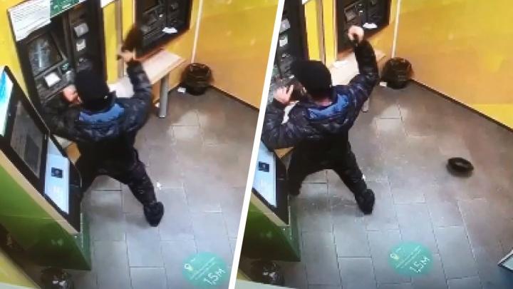 Не получивший на свой счет внесенные деньги житель Дудинки разбил сковородой банкомат