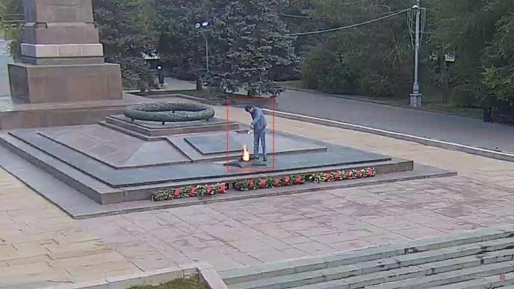 Хотел помянуть павших: в Волгограде задержан житель Калмыкии, который вылил водку в Вечный огонь