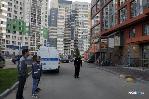 Жители многоэтажного дома начали экстренно эвакуироваться из здания в районе 08:15