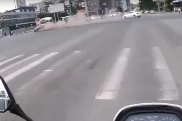 После удара BMW закрутило на дороге
