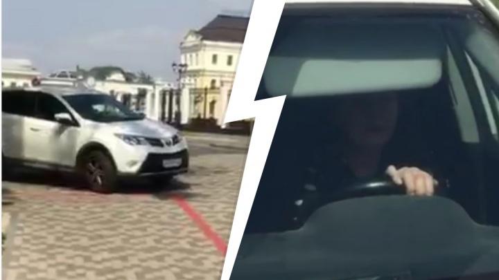 «Вы наезд пытались совершить»: в Екатеринбурге молодая мать накинулась с обвинениями на женщину-водителя