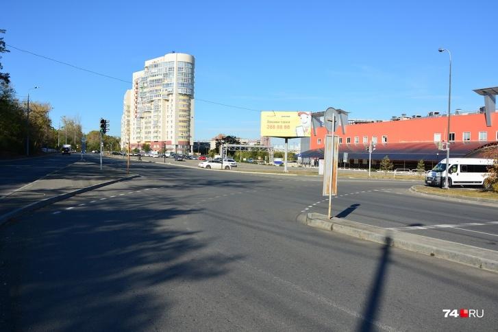 Вид в обратную сторону: белая маршрутка выезжает от ТРК «Родник». Ради автобусов, скорее всего, здесь и сделан отдельный «карман» для выезда