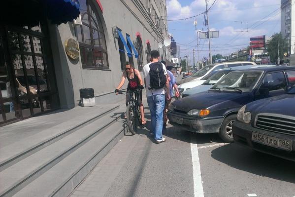 На Малышева пешеходы и велосипедисты вынуждены протискиваться между автомобилями и лестницей