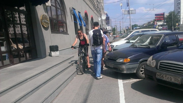 Причин тесноты на тротуарах Екатеринбурга четыре, и самокатов среди них нет: колонка урбаниста