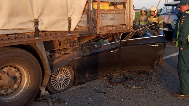 В Ярославской области легковушка влетела в фуру: погибли два человека