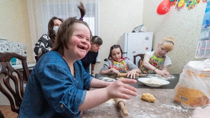 «В домах престарелых у них только телевизор до старости». Как в Перми учат самостоятельной жизни детей-сирот с инвалидностью