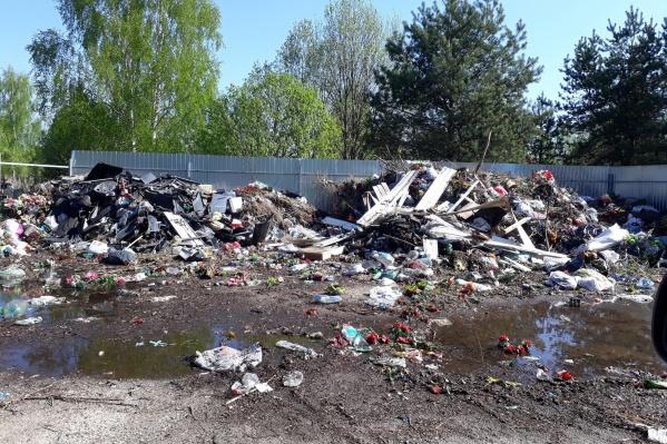 У погоста — огромные кучи мусора