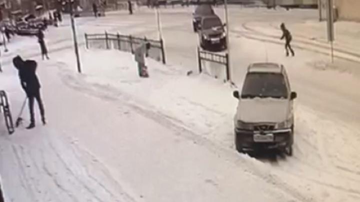 Момент ДТП на Луначарского, где водитель Chevrolet сбил девочку, попал на видео