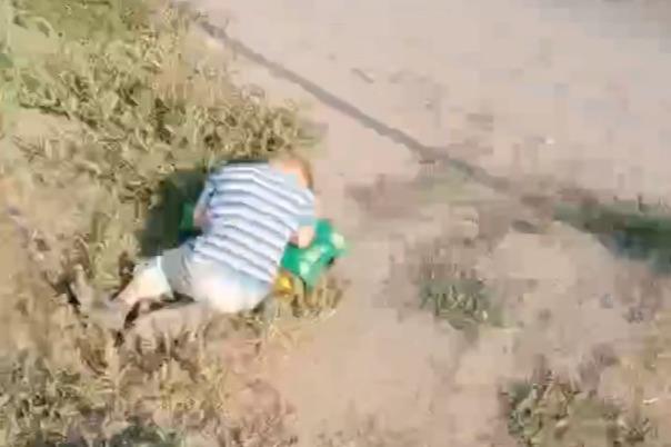 В Челябинской области маленького мальчика нашли спящим на обочине дороги