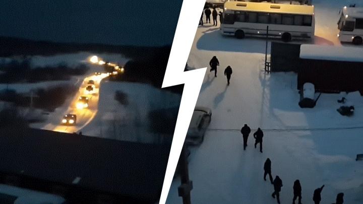 Словно кадры из фильма: видео, как колонна внедорожников с омоновцами заезжает в скит Сергия