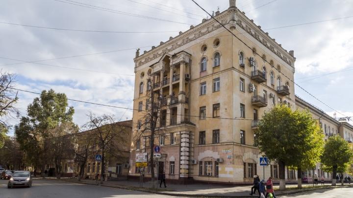 Пережил войну и перестройку, но УК не переживет: в Волгограде разваливается знаменитый «Дом с вазами»