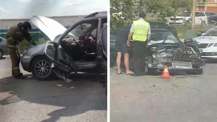 Водителя Mitsubishi зажало в салоне — в него врезалась Toyota, когда он выезжал с парковки задним ходом